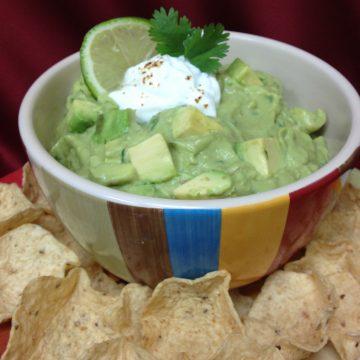 Chipotle Guacamole gets it's kick of spice from Chipotle chile powder with tangy lime and creamy Greek yogurt! guacamole   Cinco de Mayo   Greek yogurt   chipotle   easy recipe   #swirlsofflavor